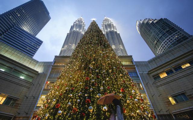 Cây thông Noel ở khu vực Tòa tháp đôi tại Kuala Lumper, Malaysia.