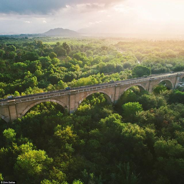 Bình minh tỏa sáng trên cây cầu sắt