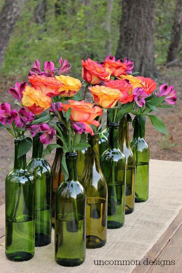 Vỏ chai được dùng làm lọ cắm hoa cũng là cách tái chế khá phổ biến.