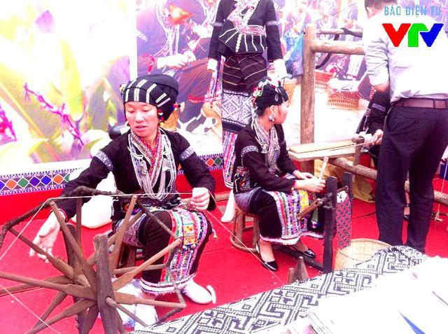 Thổ cẩm được phụ nữ dân tộc Lự (Lai Châu) dệt thủ công và giới thiệu tới khách hàng