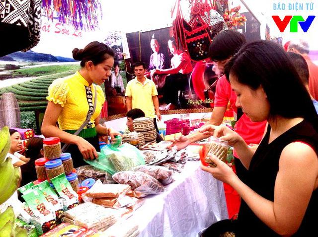 Nhiều sản phẩm đặc trưng của bà con dân tộc tỉnh Sơn La được đem về giới thiệu