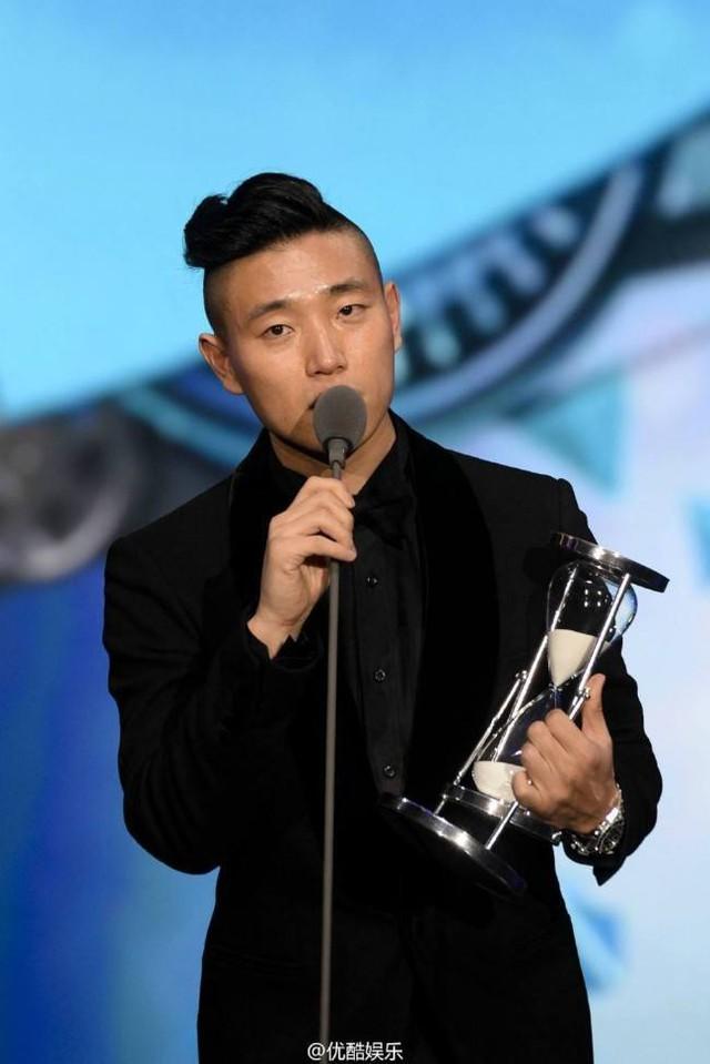 Kang Gary thay mặt ê kíp Running Man phát biểu khi nhận giải