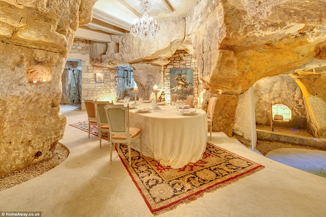 Tòa lâu đài gồm 16 phòng ngủ, hồ bơi trong nhà, một khu vực vườn rộng lớn, thậm chí có cả một căn phòng dưới lòng đất.