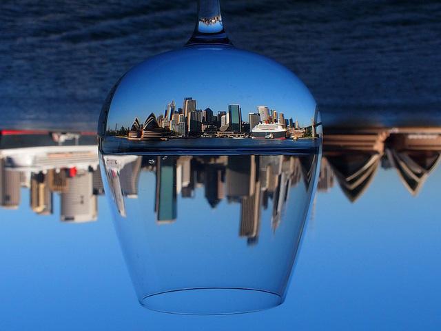 Một Sydney thật sắc nét khi nhìn qua ly rượu.