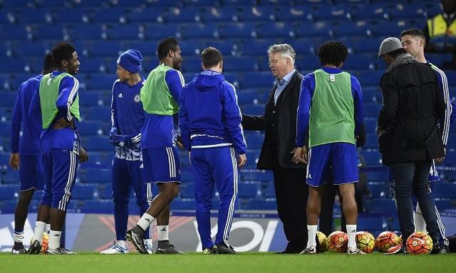 Sau trận đấu, Hiddink đã xuống sân chúc mừng các cầu thủ