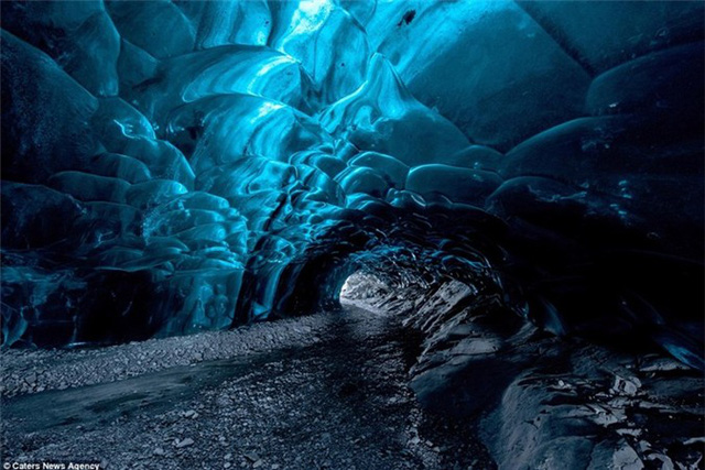 Một góc ấn tượng trong lòng hang băng Vatnajökull, Iceland.