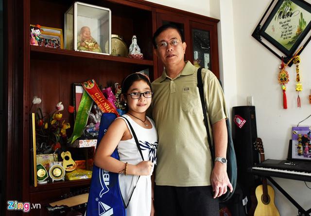 Ngoài thời gian dành cho học, Hồng Minh tranh thủ tham gia chơi cầu lông cùng bố để rèn luyện sức khỏe.