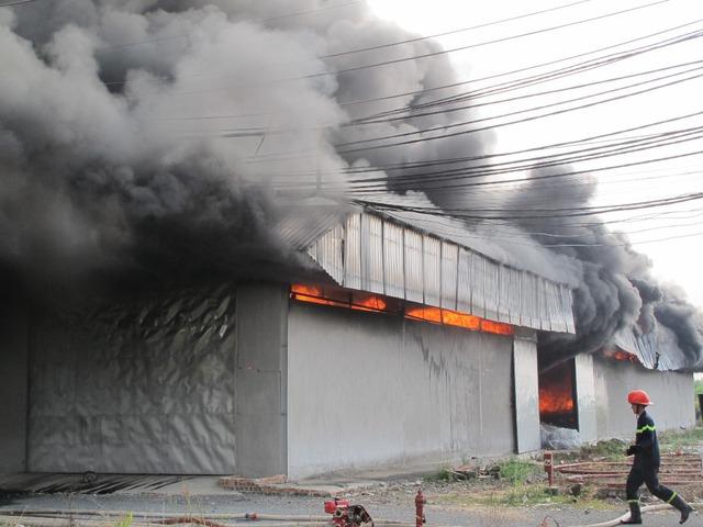 Khói lửa bao trùm nhà xưởng rộng cả ngàn m2