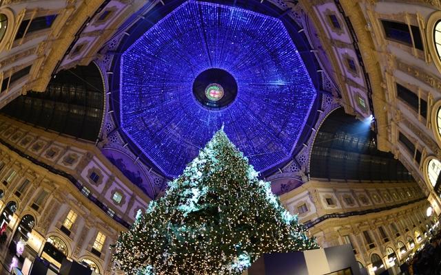 Trần nhà của một Trung tâm thương mại ở Milan, Italy được chăng đèn lung linh.
