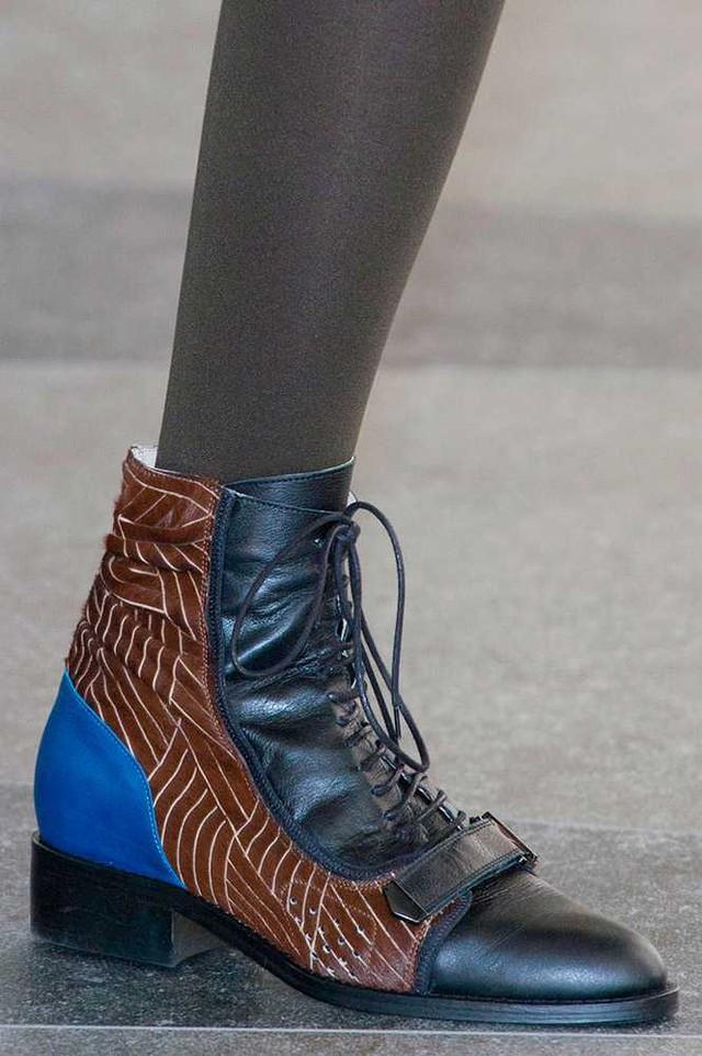 Boots cá tính mang phong cách bụi bặm của David Koma.