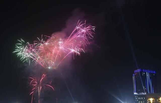 Bầu trời Sài Gòn rực rỡ sắc màu pháo hoa