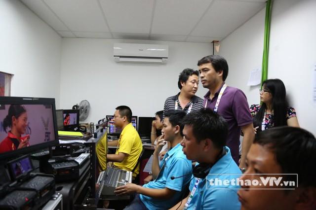Nhà báo Phan Ngọc Tiến (áo tím), Trưởng ban sản xuất các chương trình thể thao, Trưởng đoàn công tác SEA Games 28 của VTV luôn chỉ đạo sát sao trong mỗi chương trình được ghi hình