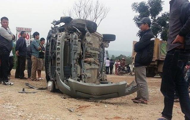 Túi khí bung ra đã kịp cứu sống 2 người trên chiếc xe con.