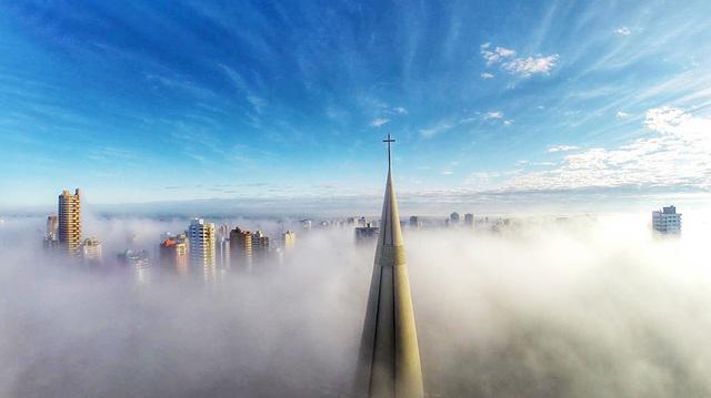 Những tòa nhà chọc trời ẩn hiện giữa làn sương ở Parana, Brazil