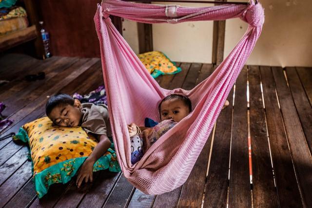 Giấc ngủ trưa những đứa bé trong những căn lều dựng tạm