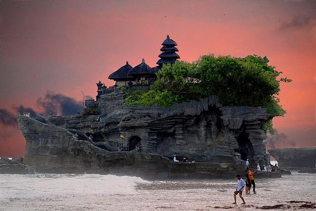 Kỳ ảo ngôi đền Tanah ở Bali, Indonesia.