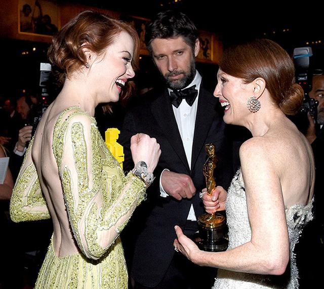 Emma Stone cũng tỏ ra thân thiết với đàn chị Julianne Moore.