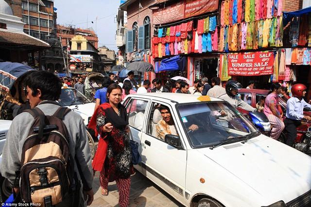 Nhiều khách du lịch tỏ ra bối rối không hiểu sẽ qua đường kiểu gì khi đường phố ở Kathmandu có mật độ giao thông dày kín thế này.