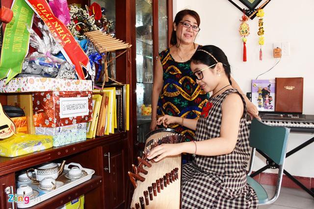 Một năm qua, cô bé cũng dần làm quen với bộ môn đàn tranh và piano. Cô bé vốn có tính cách đằm thắm, nhẹ nhàng, lại hay hát nhạc Phật nên em và gia đình thống nhất chọn học nhạc cụ dân tộc này. Bản thân Hồng Minh cũng rất thích thú và học rất nhanh, có thể chơi căn bản sau thời gian ngắn.