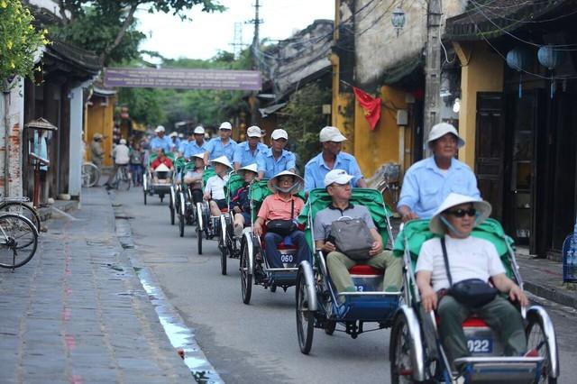 Tour du lịch trên xe xích lô khiến du khách thích thú
