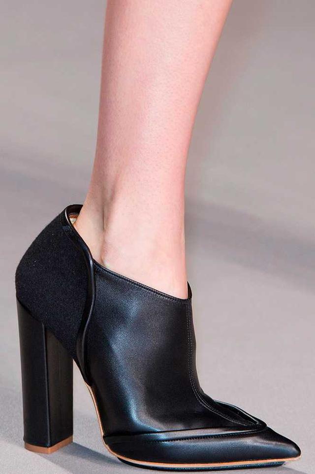 Boots da đen với thiết kế đơn giản nhưng sang trọng của Issa.