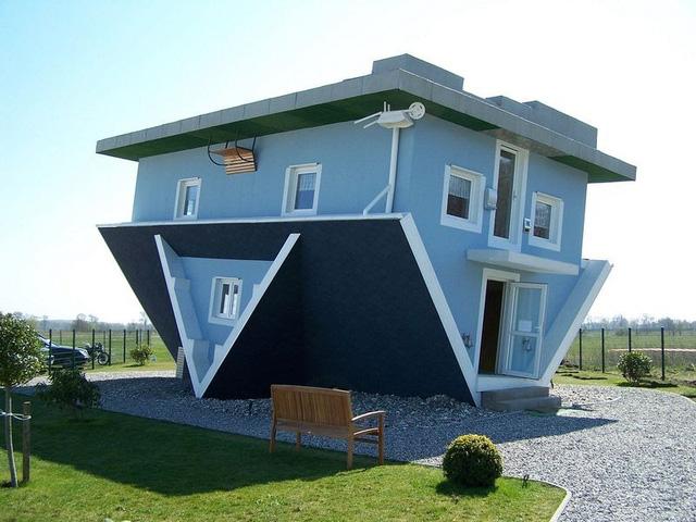 """Nhà Die Welt steht Kopf trong tiếng Đức có nghĩa là """"lộn ngược"""". Căn nhà nằm ở Trassenheide trên đảo Usedom, Đức."""