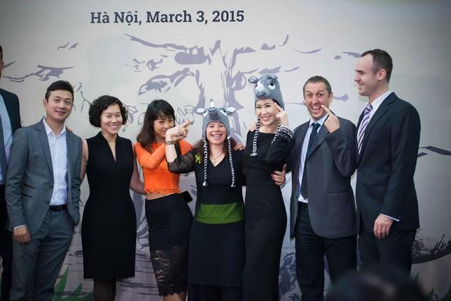Dương Thùy Linh chụp ảnh cùng các quan khách của chương trình