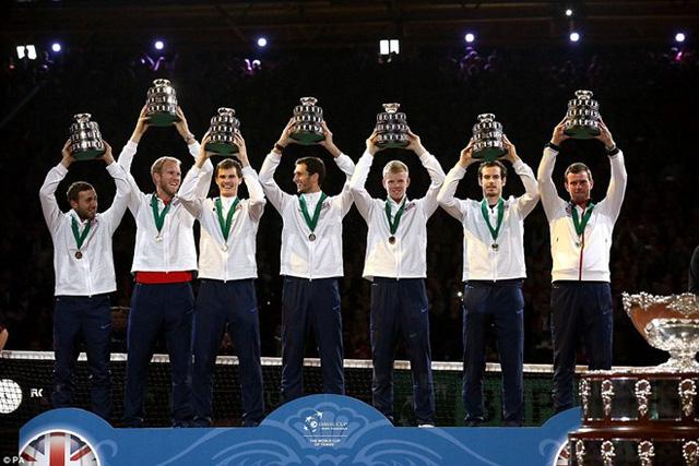 Dan Evans, Dominic Inglot, Jamie Murray, James Ward, Kyle Edmund, Andy Murray và Smith – những người hùng Vương quốc Anh trong chiến thắng lịch sử. Ảnh: PA.