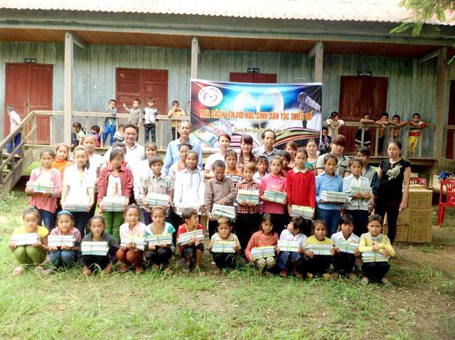 Thầy Châu trao quà cho các em học sinh bản Rục, Minh Hóa, Quảng Bình (Ảnh do nhân vật cung cấp)