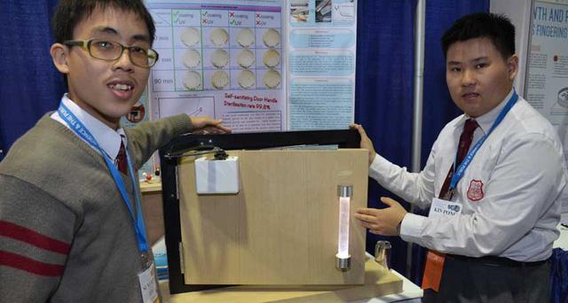 Sum Ming Wong (trái) và Kin Pong Li (phải) giới thiệu tay nắm cửa diệt khuẩn