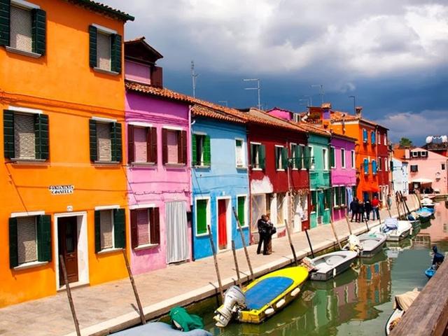 Ngày nay, hệ thống màu sắc đặc trưng của những ngôi nhà trên đảo đã được phát triển lên dần. Nếu một cư dân nào đó muốn sơn lại nhà mình, họ cần phải gửi một yêu cầu đến chính phủ về việc sơn nhà. Chính phủ sẽ trả lời bằng cách đưa ra thông báo về một số màu sắc cụ thể được phép sơn.
