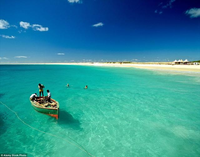 Sal, Cape Verde: Nổi tiếng với những bãi biển nguyên sơ và các con phố rải sỏi, đảo Sal đang trở thành một điểm đến hấp dẫn.