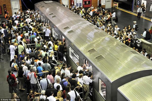Ga tàu điện ngầm Barra Funda ở São Paulo, Brazil, không còn chỗ trống. Người dân và du khách xếp hàng dài nhích từng chút để lên tàu.