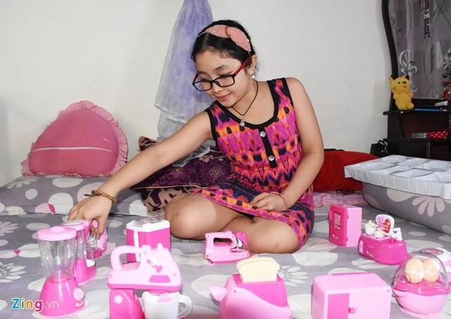 Đúng với lứa tuổi, cô nhóc vẫn còn rất mê những món đồ hàng dành cho các bé gái. Đặc biệt, em rất thích màu hồng.