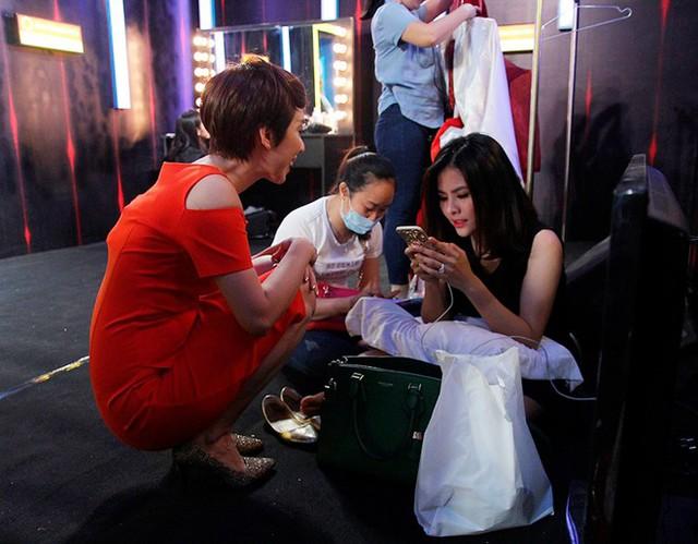Thu Trang và Vân Trang ngồi dưới sàn nhà tám chuyện cùng nhau.