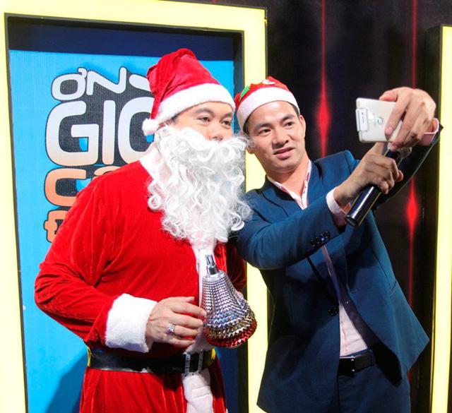 MC Xuân Bắc cũng tranh thủ chụp ảnh selfie cùng ông già tuyết Chí Tài.