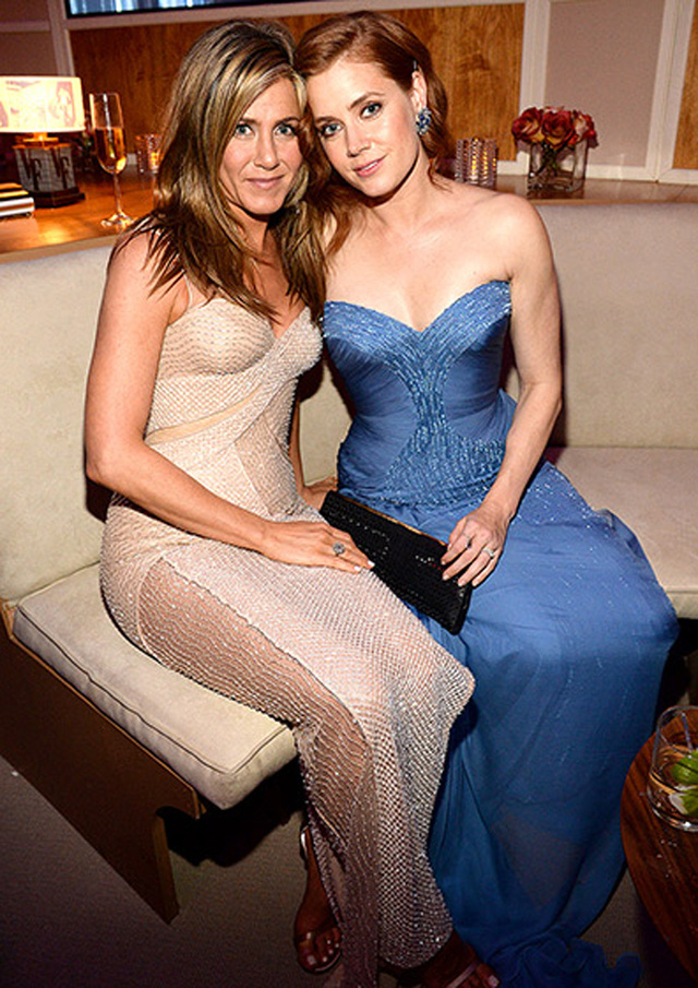 Jennifer Aniston và Amy Adams cũng thích thú ngồi chuyện trò cùng nhau.