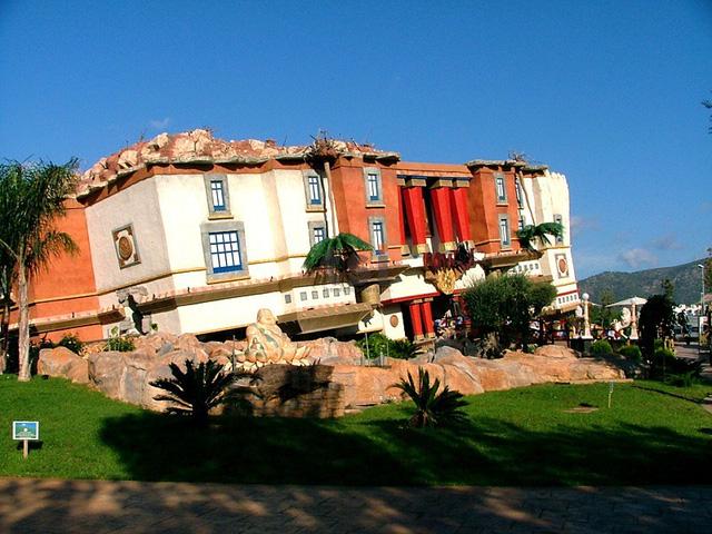 Nhà lộn ngược nằm ở công viên giải trí Kathmandu thuộc quần đảo Balearic, Tây Ban Nha