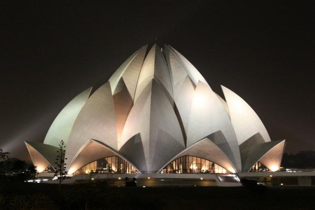 Ở New Dehli (Ấn Độ) có một ngôi đền lộng lẫy gây ấn tượng bởi tạo hình hoa sen, được thiết kế và xây dựng trong vòng 10 năm.