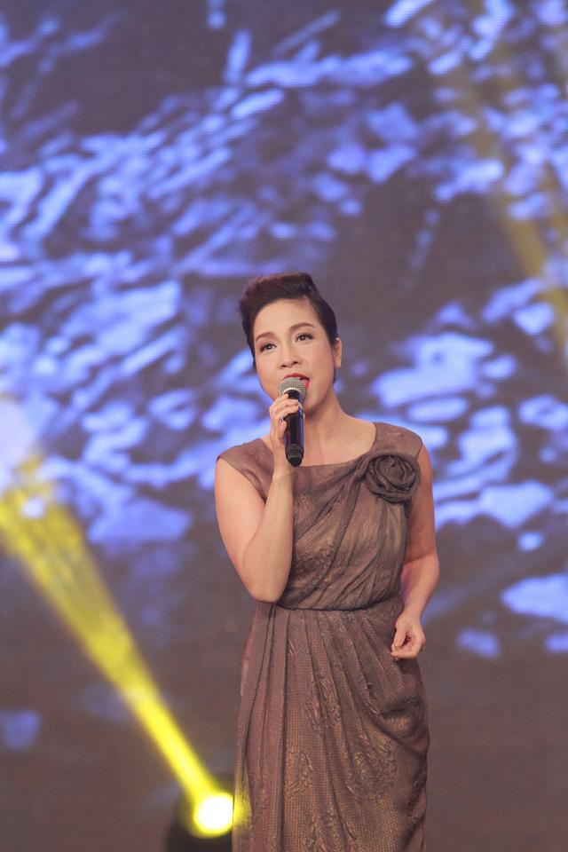Mỹ Linh cũng thể hiện cả ca khúc quen thuộc Hà Nội, niềm tin và hy vọng.