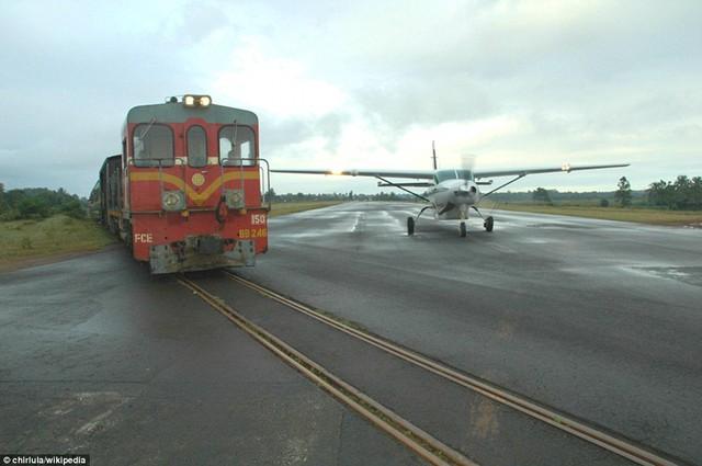 Sân bay Manakara ở Madagascar là một trong số rất hiếm các sân bay trên thế giới nơi đường băng được phân chia làm hai, chung diện tích với tuyến đường sắt vẫn còn sử dụng. Sân bay Gisborne ở New Zealand cũng được phân chia với tuyến đường sắt.
