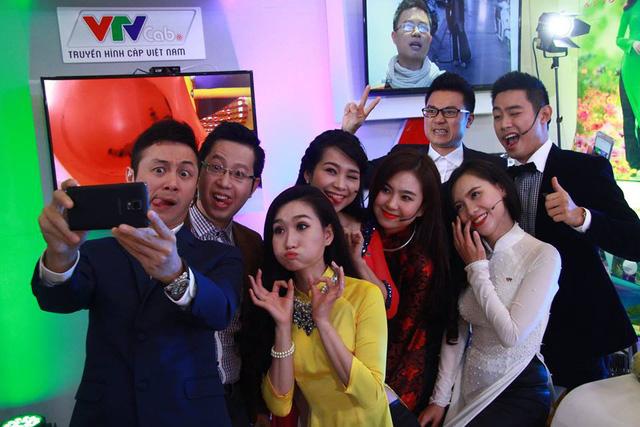Dàn BTV của VTV nhí nhố chụp ảnh tự sướng