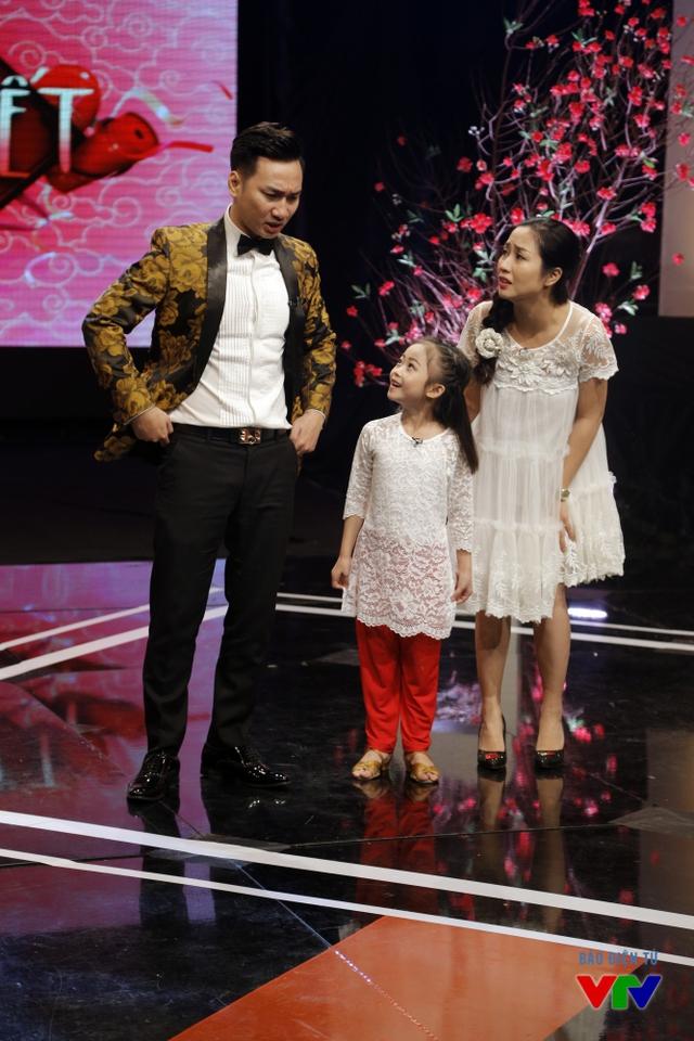 Bên cạnh sự xuất hiện của Lâm Vinh Hải, Alo Tết 2016 còn có sự góp mặt của cô bé Yến Trang - thí sinh Bước nhảy Hoàn vũ nhí