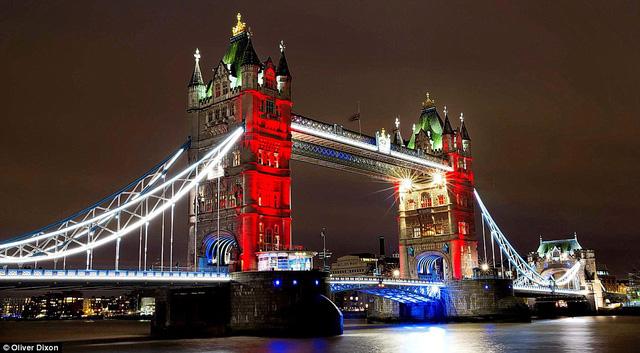 Tower Bridge tại London được thắp sáng với ba màu trong quốc kỳ của Pháp. Ngoài ra, một buổi lễ cầu nguyện cho các nạn nhân sẽ diễn ra tại quảng trường Trafalgar.
