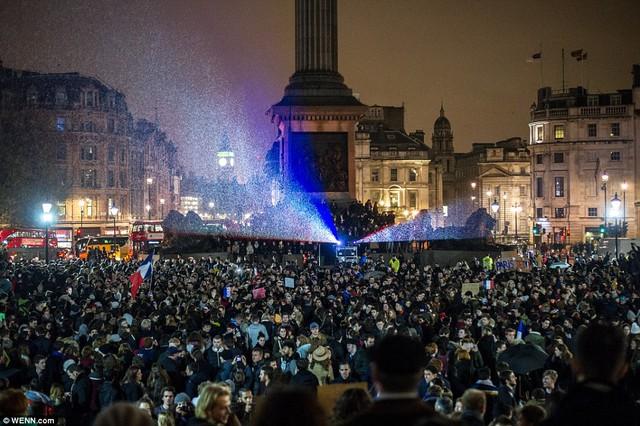 Hàng ngàn người có mặt ở quảng trường Trafalgar trong một buổi cầu nguyện các nạn nhân của vụ tấn công khủng bố tại Paris.