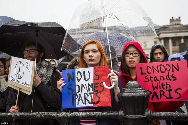 Người dân có mặt tại lễ tưởng niệm tại London, Anh.