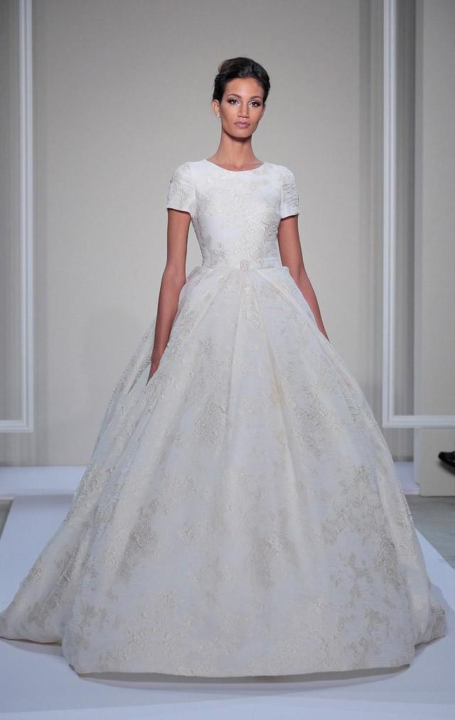 Mẫu váy cưới có kiểu dáng cổ điển nhưng không kém phần trẻ trung của Dennis Basso