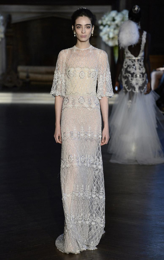 Những chiếc váy cưới tay rủ vừa tạo nên phong cách vintage nhẹ nhàng, nhưng đồng thời cũng giúp phần trên của cô dâu trở nên thanh mảnh hơn.