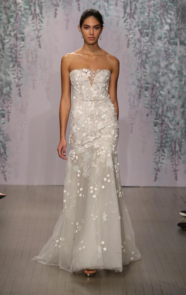 Mẫu váy cưới dễ thương của Monique Lhuillier. Họa tiết nhỏ được đính dọc theo thân váy tạo cảm giác đa chiều cho mẫu thiết kế