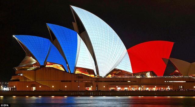 Những cánh buồm của nhà hát Opera tại Sydney được chiếu sáng với màu quốc kỳ Pháp
